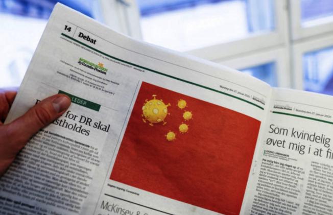 日德蘭郵報日前出刊的漫畫將中國五星旗改為五枚冠狀病毒。(Getty Images)