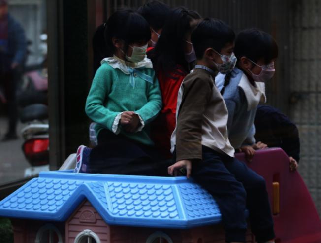 亞市一名白人婦女看到華人攜著戴口罩的孩童在CVS取藥,要這對母女「退後十步」。(本報檔案照)