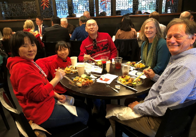 佛州第一區上訴法院的法官Brad Thomas(右一)偕妻子Susan Cox也參加新年餐會。(黃錦混提供)