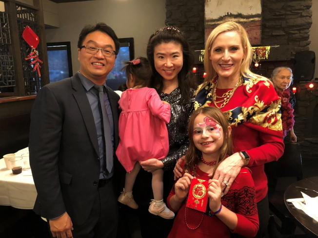 與會來賓,左起FSU Piano Technology主任楊立志博士、鄧國珍夫婦,佛州州務卿Laurel M. Lee和她的女兒Faith。(黃錦混提供)