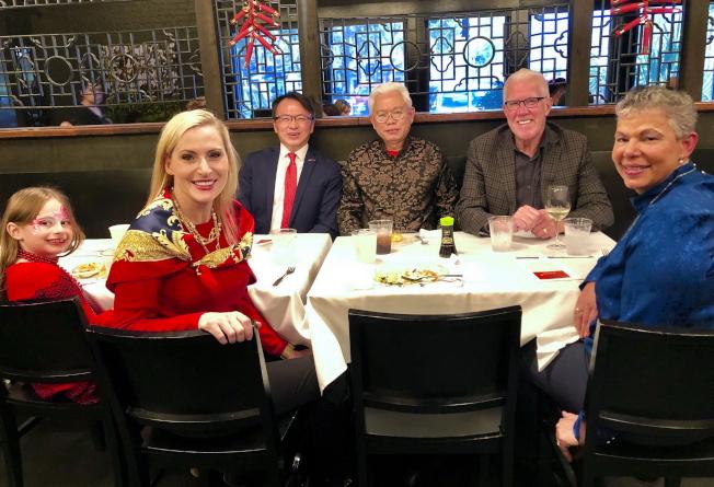 前左起:州務卿女兒Faith、州務卿Laurel M. Lee及文化局長Sandy Shaughnessy,後排左起經文處長錢冠州、僑務促進委員吳天順及文化局長夫婿John Shaughnessy。(黃錦混提供)