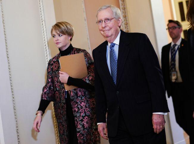 彈劾案審判結束,兩黨愈發對立,圖為主導彈劾案表決的參院多數黨領袖麥康諾(右)。(Getty Images)