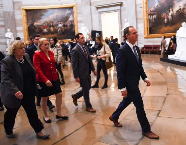 彈劾案審判結束,兩黨愈發對立,圖為眾院彈劾經理謝安達(右)等人步入國會大廳。(Getty Images)