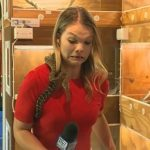 蟒蛇上身攻擊麥克風 女記者花容失色