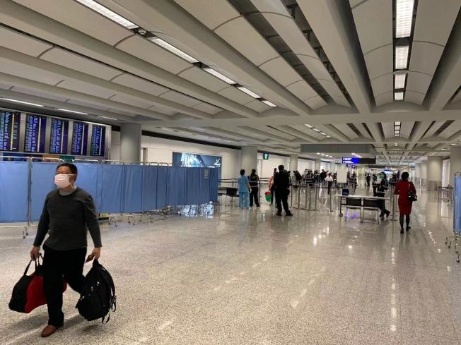 香港機場單獨開闢一塊區域,專門盤查從大陸飛來的旅客的健康狀況。(讀者提供)