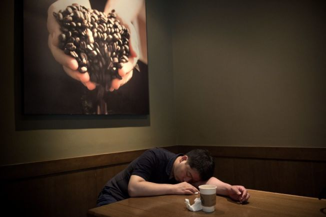 專家說頻頻午睡可能反映出夜間睡眠品質欠佳。(Getty Images)