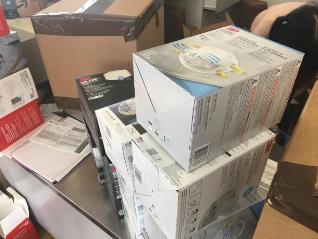 寄送包裹中有近半是寄送中國國內親友口罩。(記者啟鉻/攝影)