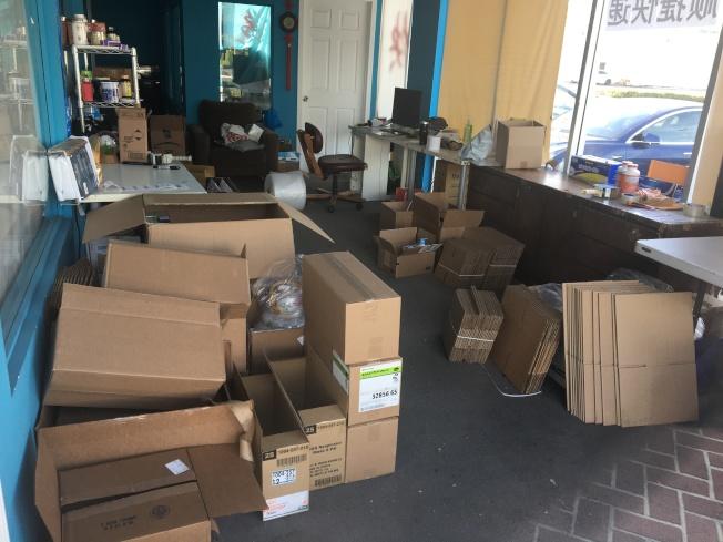 有快遞公司因為告知顧客無法按時送達,無人寄送包裹,生意顯得很冷清。(記者啟鉻/攝影)