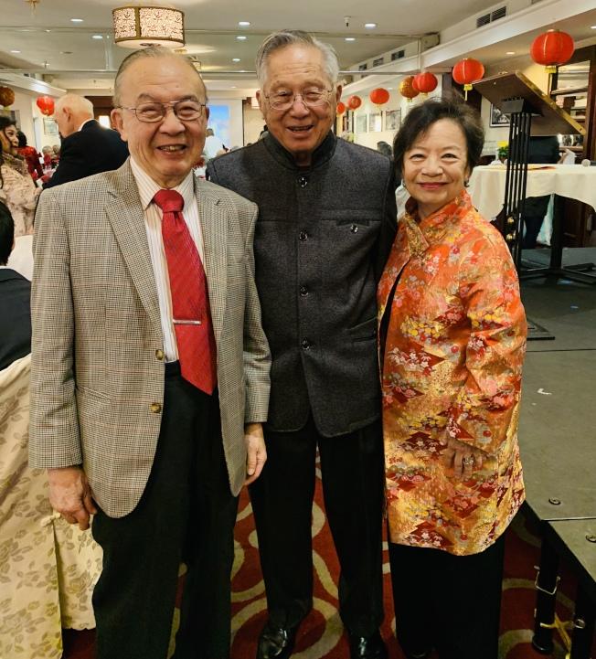 聖地牙哥中華歷史博物館日前舉行「2020中國新年慶祝晚會」。圖為美國國家四院士錢煦(左)、聖市華人參政先驅譚卓儀(中)與史博館理事會主席劉麗容合影。(記者陳良玨╱攝影)