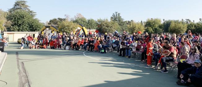 南巴沙迪那學區的Marengo小學日前舉辦農曆新年嘉年華活動。三、四百名各族裔學生、家長和老師同歡。(家長教師協會提供)