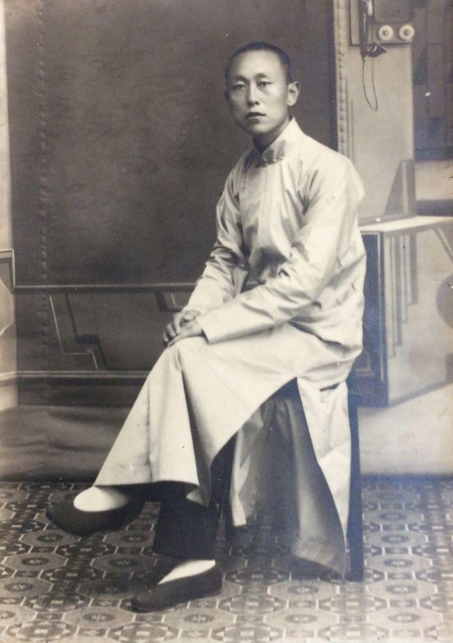 作者父親拍攝這幀時裝照時,尚不到三十歲。