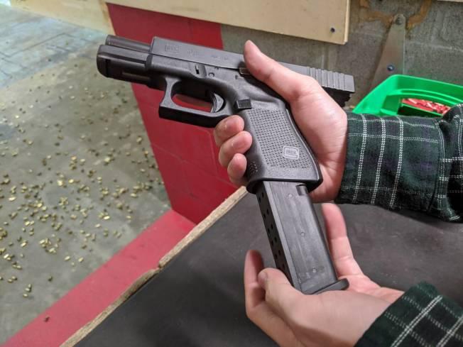 民眾替克拉克19裝上彈匣。(記者蕭永群/攝影)