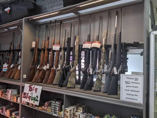 德州槍枝「白菜價」,且各種種類都有。(記者蕭永群/攝影)