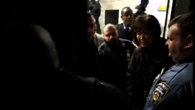 林小蓮(右二)稱她被保安用手肘推出門。(視頻截圖)