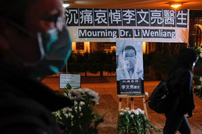 為悼念李文亮醫師病逝,香港有人發起哀悼行動。(路透)