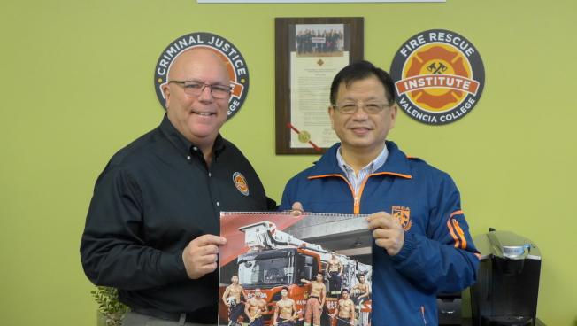 新北市消防局副局長陳崇岳(右)率團拜會瓦倫西亞消防學院院長Jim White(左) 。(鄭鴻鈞提供)
