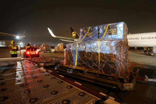 中國爆發新冠病毒後,美國立即捐助醫療物資,協助中國抗疫。圖為UPS貨機日前在亞特蘭大機場裝運醫用口罩和其他防護設備,運往中國。(路透)