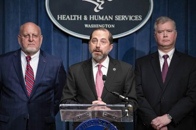 美國捐助1億元協助中國對抗新冠病毒,圖為美國衛生與福利部長阿查爾(中)說明最新疫情。(Getty Images)