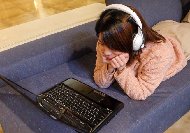 長期帶耳機追劇,可能會導致俗稱「耳中風」的突發性耳聾。(圖:羅東博愛醫院提供)
