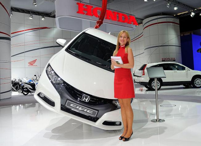 年輕夫妻若需要一人一輛車,專家建議第二部車子買二手小車即可 。(Getty Images)
