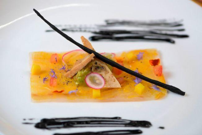 達成重大理財目標時,上館子吃大餐獎勵自己,有助於保持動力。 (Getty Images)