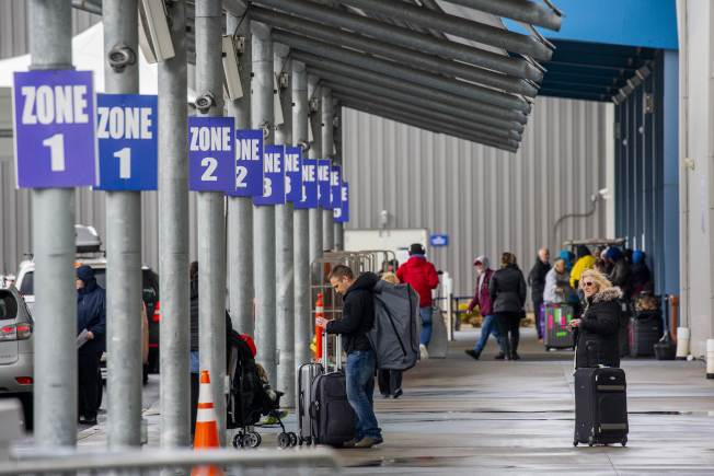 停靠在新州港口的郵輪「海上聖歌號」接受檢疫後,沒有感染的乘客獲准下船。(Getty Images)