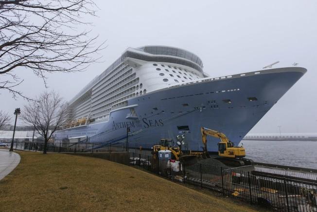 船上中國乘客傳出疑以新冠肺炎病例後,「海上聖歌號」停靠在新州港口,全部乘客接受檢疫。(美聯社)