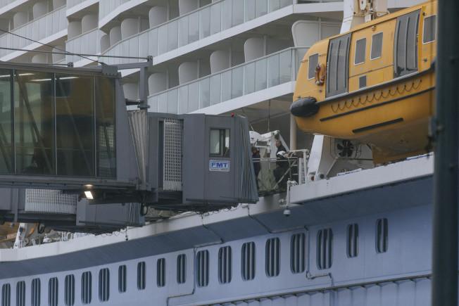 「海上聖歌號」郵輪上的中國乘客傳出疑似新冠肺炎症狀後,全船乘客接受檢疫。(美聯社)