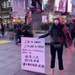 華裔健美冠軍紐約街頭 高舉「我是人類,不是病毒」