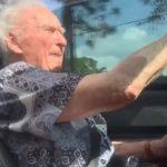 最老駕駛?107歲翁開紅色賓士敞篷車追風