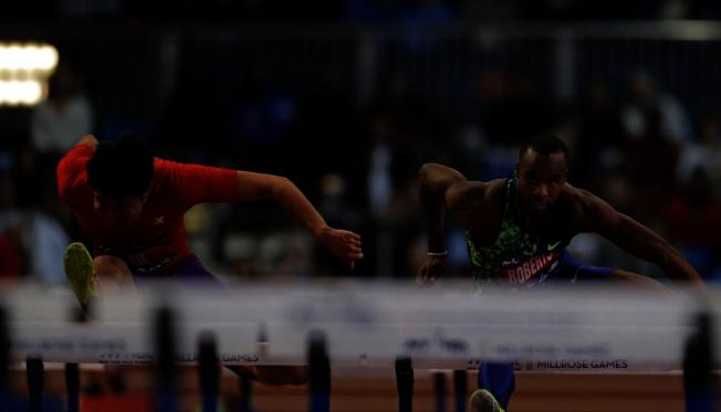 谢文骏(左)以7.69秒取得男子60米跨栏第二名。(美联社)