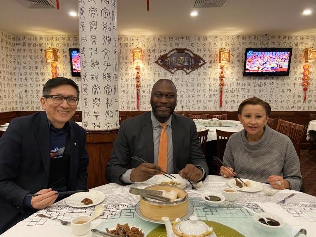 陳作舟(左起)、畢夏樸、維樂貴絲在華埠餐廳用餐,為華社加油打氣。(記者鄭怡嫣/攝影)