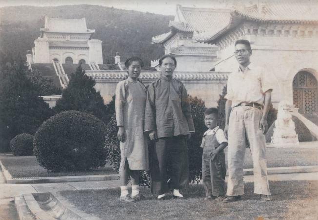 七十年前,父母親和奶奶帶著年幼的作者在中山陵留影。