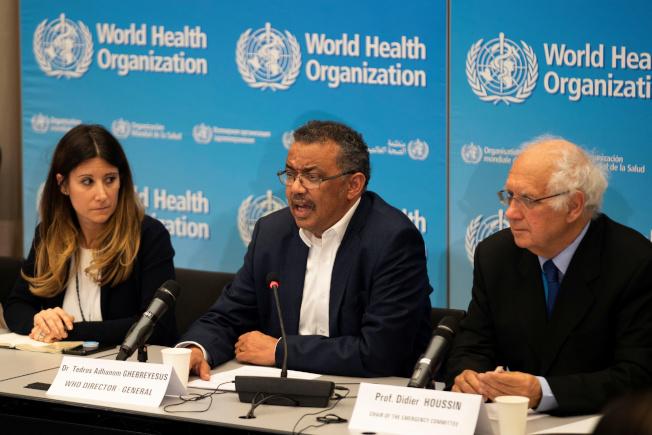 世界衛生組織秘書長譚德塞(中)多次稱讚中國的防疫努力,面對中國日益嚴峻的疫情,專家責難譚德塞,話說早了,導致外界鬆懈。(路透)
