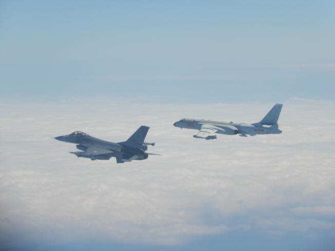 國軍F-16近距離伴飛共軍轟6。圖/中華民國國防部