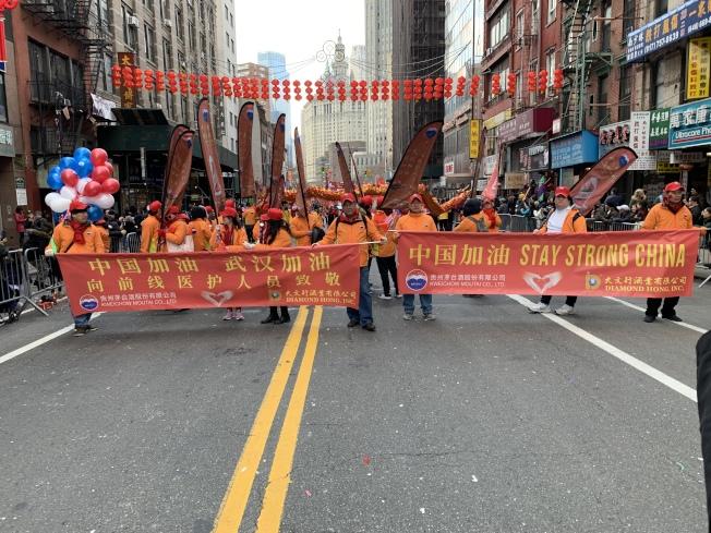 「武漢加油」、「中國加油」頻繁出現在新春大遊行之中。記者和釗宇/攝影