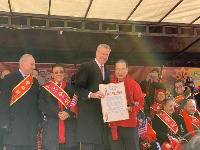 紐約市長白思豪首度同時參加法拉盛和華埠兩場新春遊行。記者和釗宇/攝影