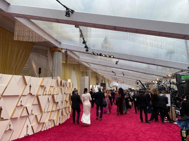 今年奧斯卡紅毯沒有分成兩邊,非入圍嘉賓只能走金色掛簾後面,無法進入紅毯,去年紙板做的裝飾墻今年繼續沿用。(記者馬雲/攝影)