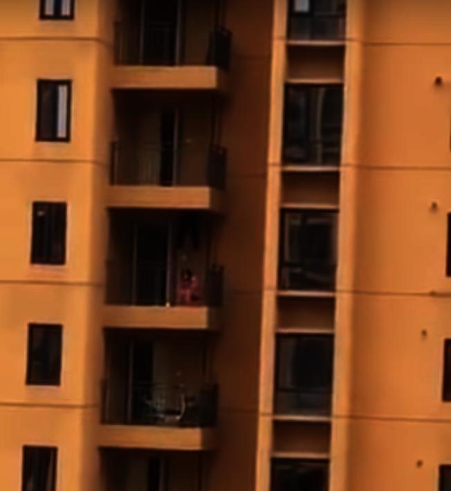 網絡上發布的李麗娜元宵節在居民樓陽台上敲鑼求助的視頻。(視頻截圖)