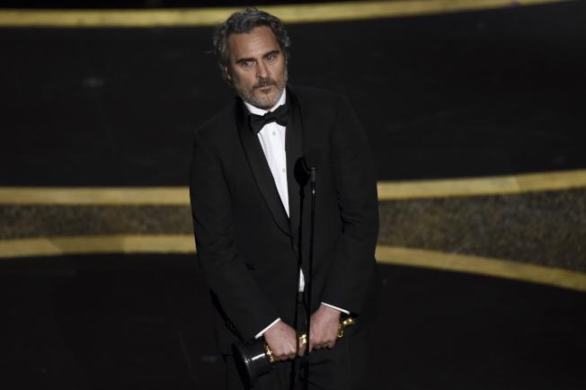 瓦昆菲尼克斯以「小丑」拿下奧斯卡獎最佳男主角。(美聯社)