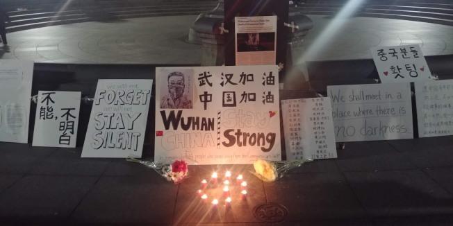 民眾在8日晚間於華盛頓廣場為李文亮舉行燭光悼念會。(羅照宇提供)
