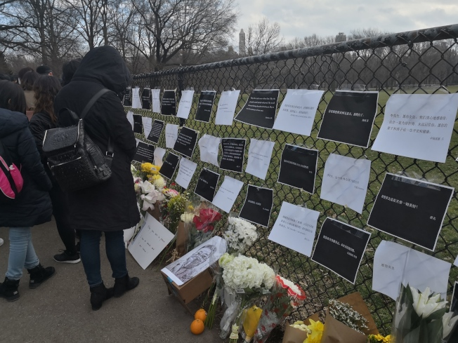 紐約華人紀念李文亮 呼籲言論自由。(記者黃伊奕/攝影)