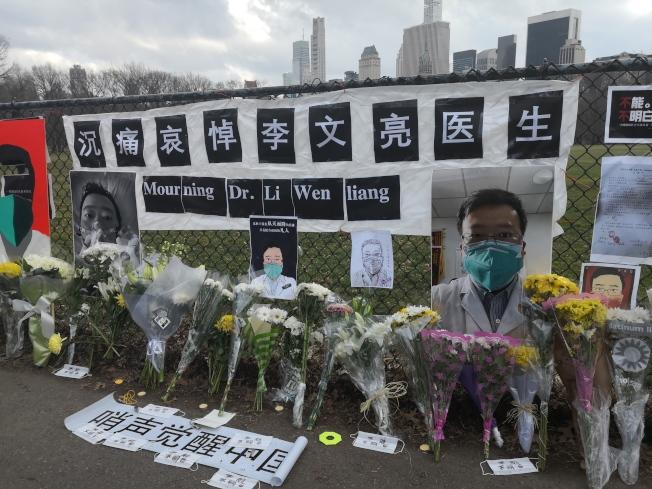 數百民眾在中央公園悼念李文亮。(記者黃伊奕/攝影)