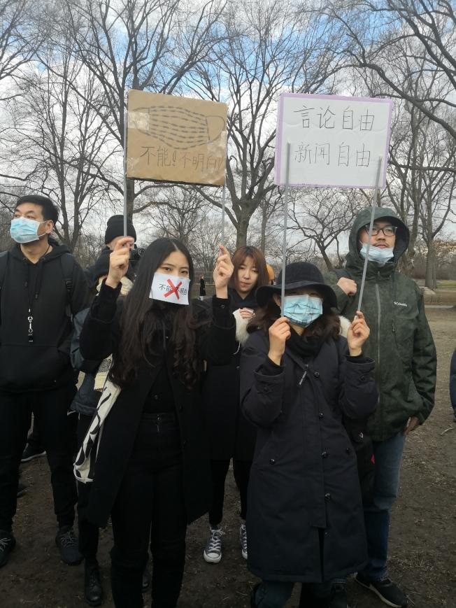 民眾在中央公園悼念李文亮。(記者黃伊奕/攝影)