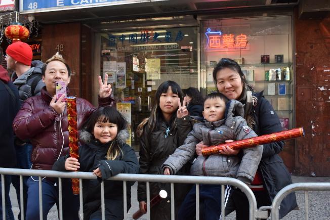 陈先生一家五口从法拉盛到华埠看游行,希望让孩子认识中华传统文化。(记者颜嘉莹/摄影)