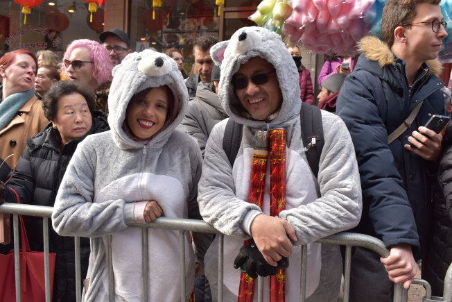 Renara Gatt(左)和Nell Yueng特地上网购买老鼠布偶装,庆祝鼠年的到来。(记者颜嘉莹/摄影)