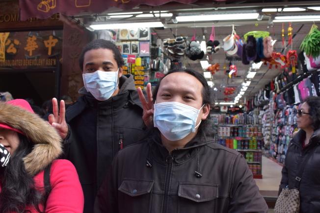 黄Jackie(右)和Frankie Avolon戴着口罩预防流感。(记者颜嘉莹/摄影)