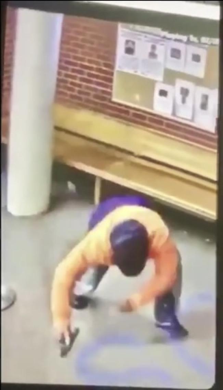 嫌犯在布朗士警局內掃射後趴向地面。(市警視頻截圖)