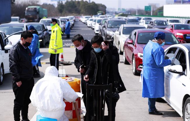 中國各地企業10日開工,為因應返城復工潮,上海在各出入通道設檢查站。(中新社)
