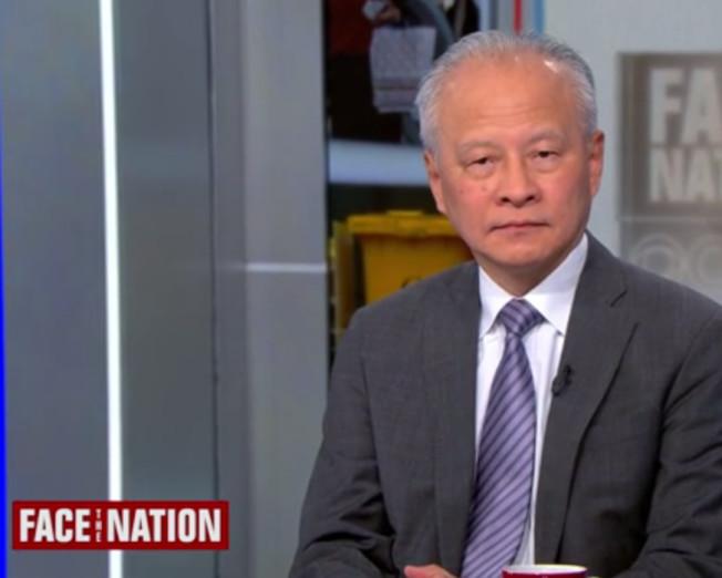 中國駐美大使崔天凱(左)9日在CBS電視評論節目中,駁斥新冠肺炎是中國生化武器造成的陰謀論。(取自視頻)